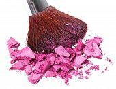 Cepillo de maquillaje con púrpura aplastado sombra de ojos, aislado en blanco Macro