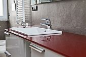 Rote Bad Wasserhahn Reflexion