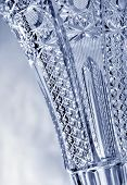 Detalhe de vaso antigo iluminado - corte de vidro