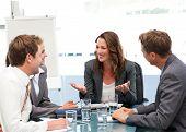 Aantrekkelijke zakenvrouw lachen met haar Team