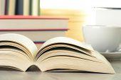 Composición con libros sobre la mesa