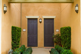 foto of entryway  - A condo in Southern California has doors that open to a courtyard type entryway - JPG