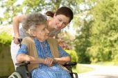 Senior vrouw In een rolstoel