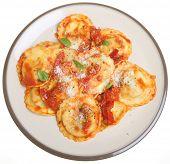 Massas ravioli em molho de tomate e pimenta