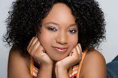 Hermosa chica afroamericana