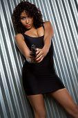 Постер, плакат: Черная девушка Холдинг пистолет
