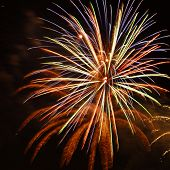 Feuerwerk platzen vor dunklen Hintergrund isoliert