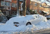 Auto onder de sneeuw in Brooklyn, New York na enorme sneeuwstorm