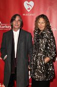 LOS ANGELES - FEB-8: Jackson Browne, kommt Dianna Cohen in 2013 MusiCares Person Of The Year