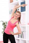 Mujer hermosa edad hacer fitness en casa