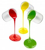 despejando tintas coloridas isoladas no branco