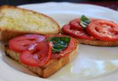 Crostini with tomato, basil and olive oil
