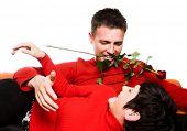 Dies ist einen glücklichen Moment. Ein junges Paar hat ein Datum und der Mann versucht, sehr romantisch sein und se