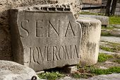 Inscripción en latín en el foro de Roma