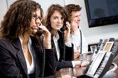Equipe de operador de serviço de cliente jovens trabalhando no escritório, segurando o telefone, chamando, dando assistência técnica supp