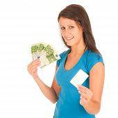 Chica joven atractiva con billetes en la mano