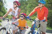 Portrait of happy Family fahren auf Fahrrädern in der Freizeit
