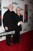LOS ANGELES - 16 de mayo: Marty Ingels, Shirley Jones llega en la noche de la inauguración de la obra