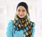Muçulmana menina sorridente, interior.