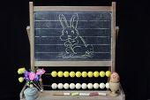Glückliches Ostern Hase auf blackboard