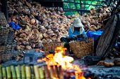 Arbeitnehmer sind Lam Klebreis in Bambus Rohr tun.