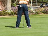 Golfspieler üben setzen