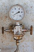Pressure gauge for measuring pressure in the system