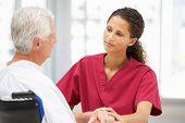 Paciente sênior com o jovem médico