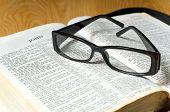 Gafas sobre una Biblia