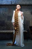 Chica de cuento de hadas con el pelo muy largo