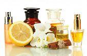 Botellas con ingredientes para el perfume, aislado en blanco