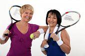 Amigos jugando al tenis