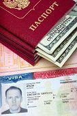 Постер, плакат: Американская виза на странице российского международный паспорт и паспорт с прилагаемой U