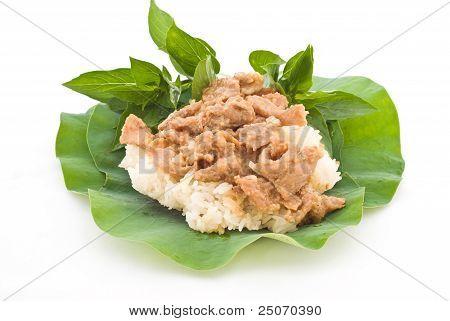 Постер, плакат: Тайские продукты перемешивают свинины с Stickyrice на листья лотоса, холст на подрамнике