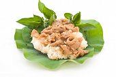Постер, плакат: Тайские продукты перемешивают свинины с Stickyrice на листья лотоса