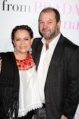 LOS ANGELES - 18 de JAN: Adriana Barraza & marido chega no
