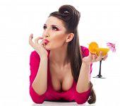 Garota sexy em mini vestido rosa quente com um copo de cocktail