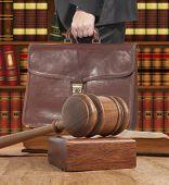 Advogado com uma pasta marrom no Tribunal