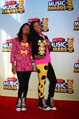 LOS ANGELES - 27 de abril: Halle Bailey, Chloe Bailey chega a Radio Disney Music Awards 2013 em t