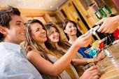 Gruppe von Personen für Getränke an der Bar zahlen und Lächeln