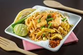 Постер, плакат: Thai Fried Noodles With Fresh Shrimp Serve With Seasoning