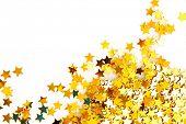 Goldene Sterne in Form von Konfetti auf weißem Hintergrund