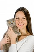 Mujer joven con gato scottish fold aislado sobre fondo blanco