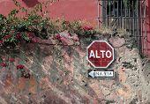 señal de stop en una antigua pared vieja