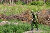 Soldat in Gasmaske und Kalaschnikow