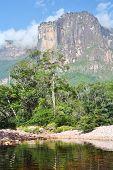 Auyán Tepuy com Angel Falls - a maior cachoeira do mundo, Venezuela