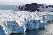 Vista aérea de geleiras (que desaguam no Oceano Ártico)