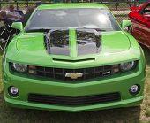 Vista de frente do Camaro Chevy verde