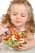 Little Girl comer salada de frutas