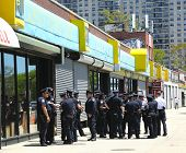 NYPD Offiziere bereit, Patrouille Straßen am Memorial Day in Brooklyn, New York